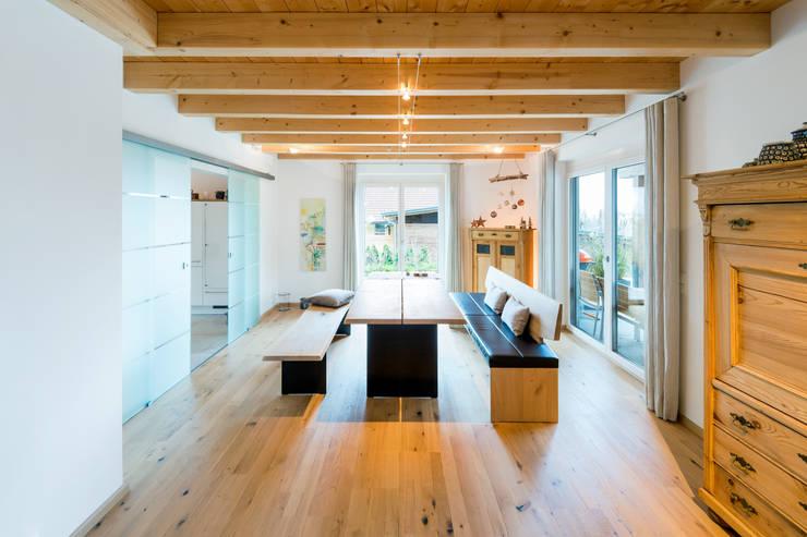 Projekty,  Jadalnia zaprojektowane przez RO-REI Holzhaus GmbH & Co.KG