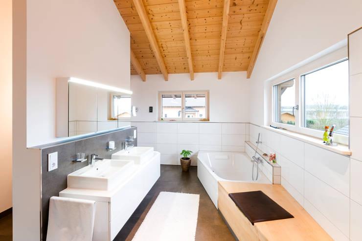 Projekty,  Łazienka zaprojektowane przez RO-REI Holzhaus GmbH & Co.KG