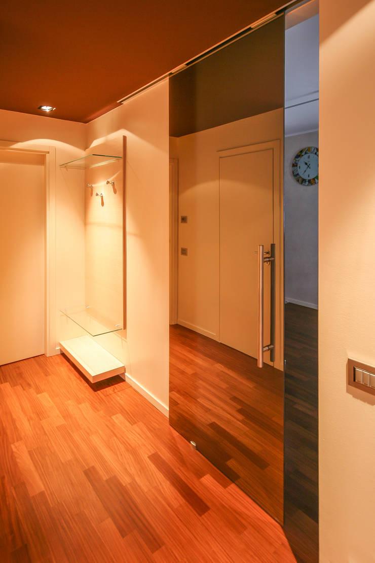 CALDE ATMOSFERE: Ingresso & Corridoio in stile  di davide pavanello _ spazi forme segni visioni