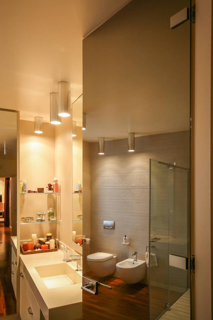 CALDE ATMOSFERE: Bagno in stile  di davide pavanello _ spazi forme segni visioni