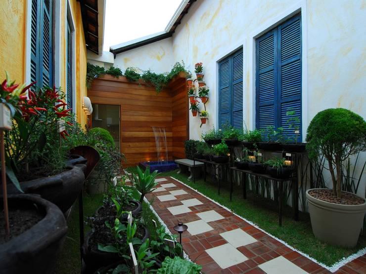 庭院 by Adriana Baccari Projetos de Interiores