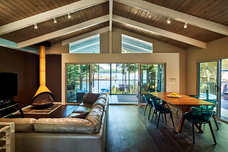 Lake House:  Living room by KUBE Architecture