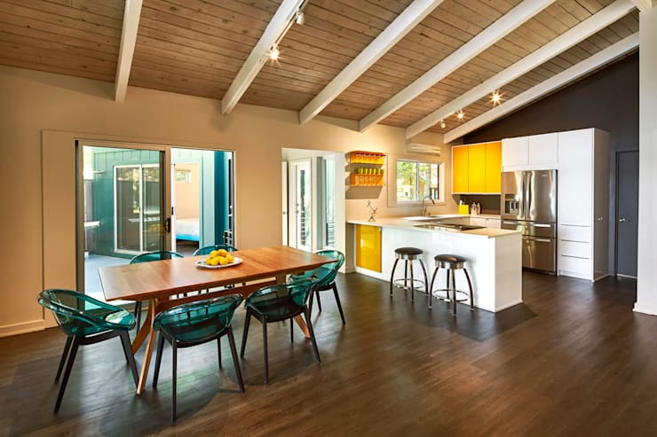 Lake House:  Dining room by KUBE Architecture