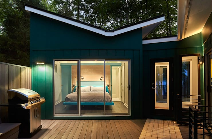 Lake House:  Bedroom by KUBE Architecture