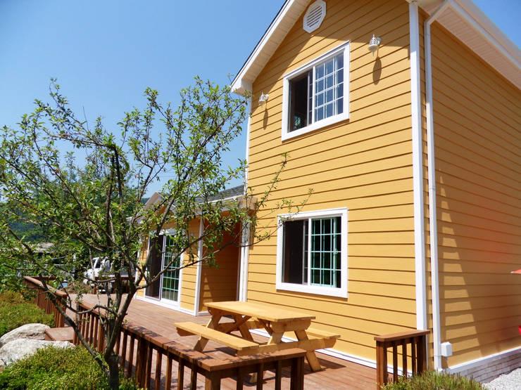 가평 마일리 목조주택: Timber house의  베란다