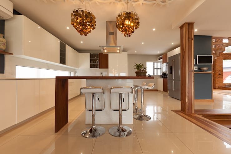 House Naidoo:  Kitchen by Redesign Interiors
