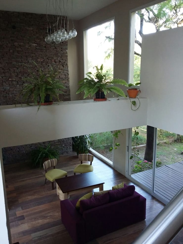 Living doble Altura: Livings de estilo  por LOSADA ARQUITECTURA,Moderno Piedra