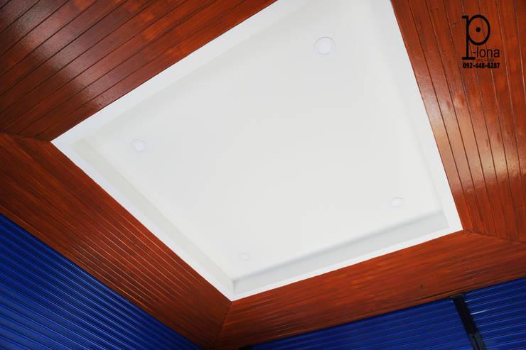 Garage / Hangar modernes par P-lona Moderne Bois Effet bois