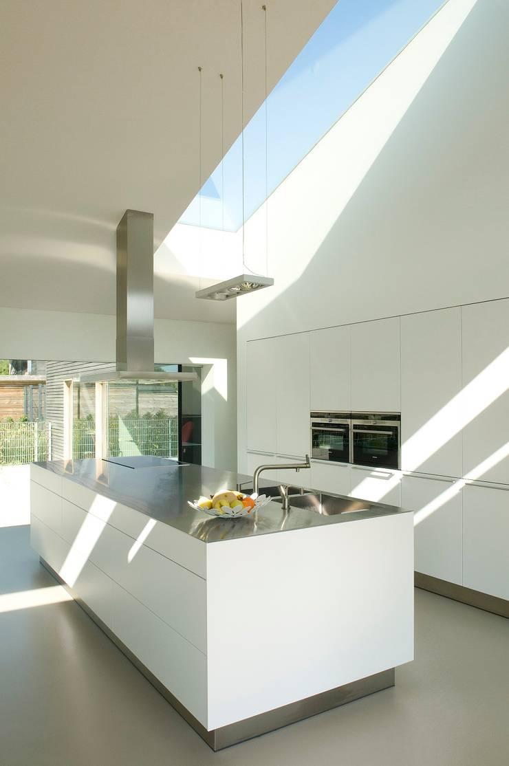 Woonhuis P:  Keuken door WillemsenU , Modern