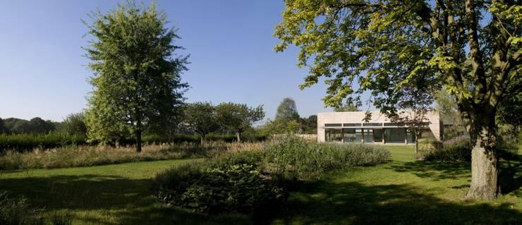 Woonhuis P:  Tuin door WillemsenU , Modern