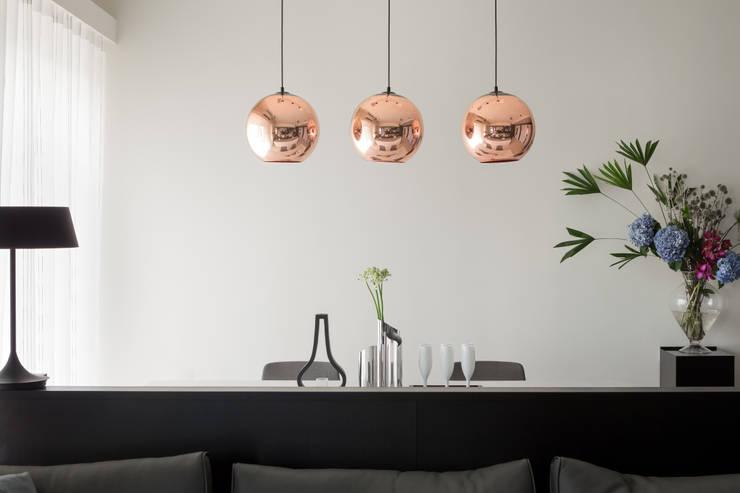 灰與白的律耀:  餐廳 by 大丘國際空間設計 ABMIDS
