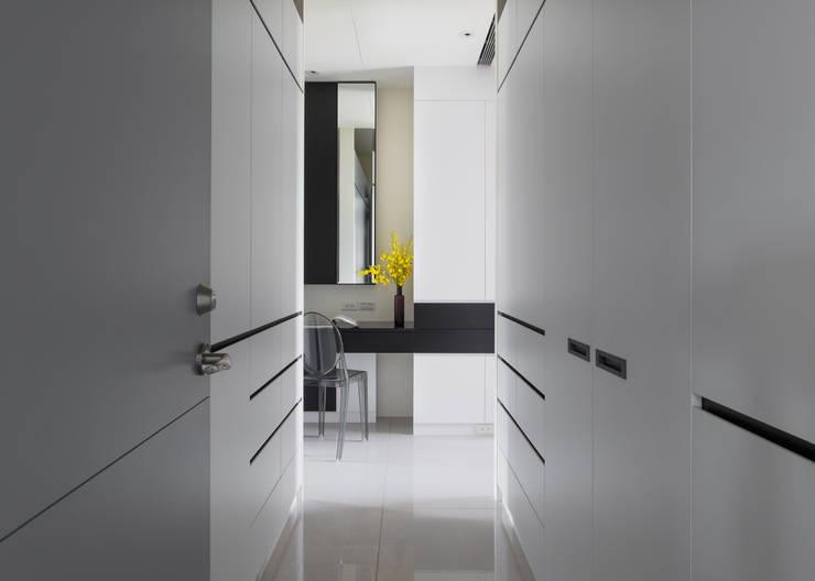 灰與白的律耀:  更衣室 by 大丘國際空間設計 ABMIDS