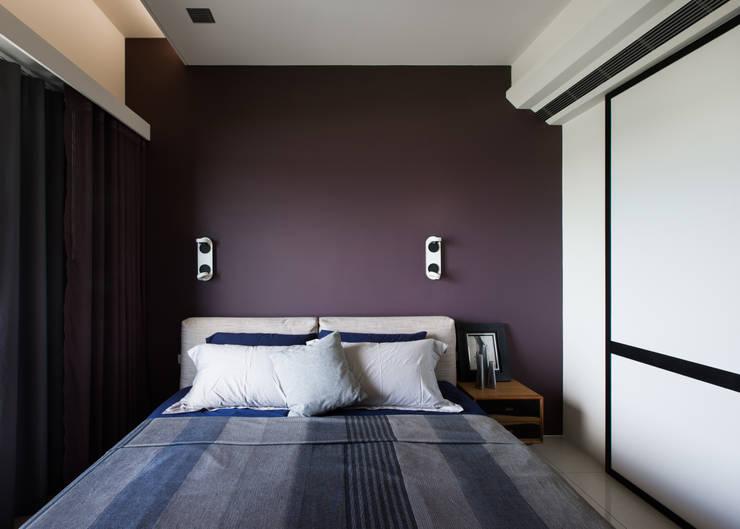 灰與白的律耀:  臥室 by 大丘國際空間設計 ABMIDS