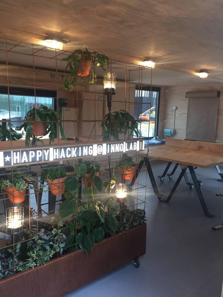 Innovation Lab greenwall roomdivider:  Kantoorgebouwen door Studio Mind