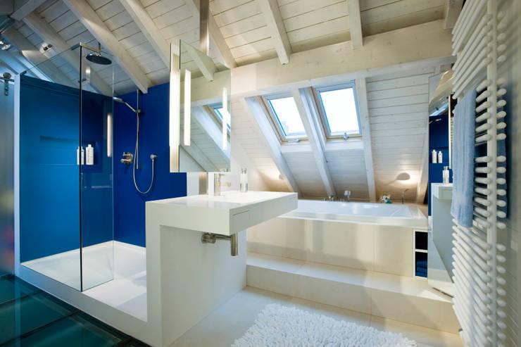Blaues Bad mit Dusche und Wanne: moderne Badezimmer von raum.4 -  Die Meisterdesigner
