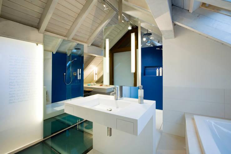 Bad und Wanne im blauen Bad: moderne Badezimmer von raum.4 -  Die Meisterdesigner