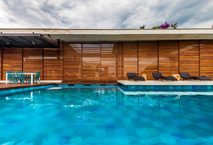 Fachada: Casas de estilo  por Arquitectura en Estudio, Moderno Madera Acabado en madera