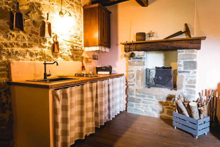 Cocinas de estilo rural por Architetto De Grandi
