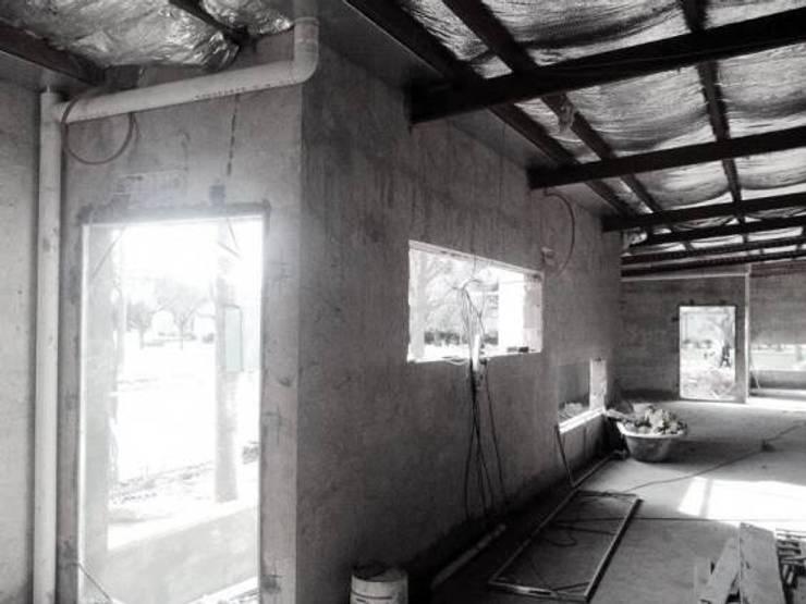complejo de oficinas: Oficinas y Tiendas de estilo  por estudio m,Moderno