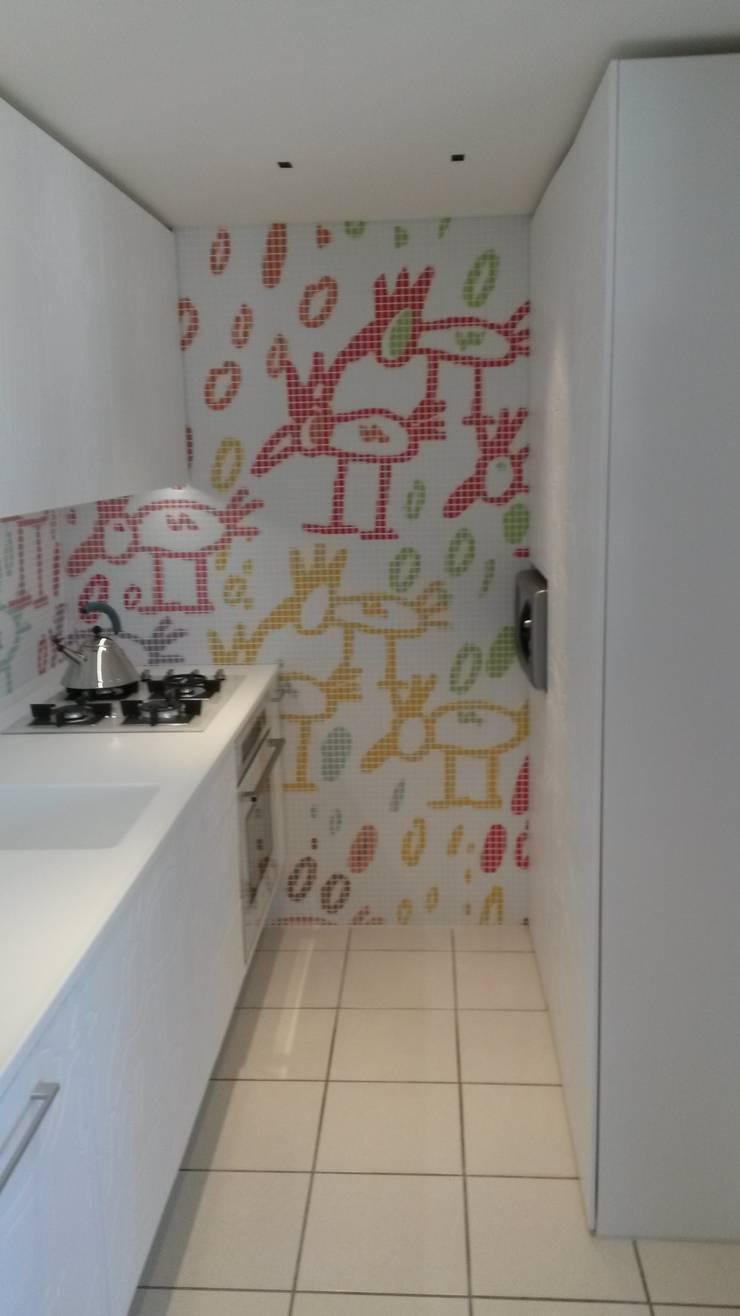 CUCINA PRESSO ABITAZIONE PRIVATA: Cucina in stile  di GEMANCO DESIGN SRL, Moderno Piastrelle