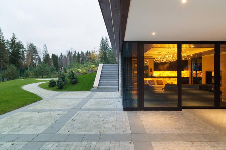 Интерьер дома в Репино: Tерраса в . Автор – Студия дизайна интерьера в Москве 'Юдин и Новиков'