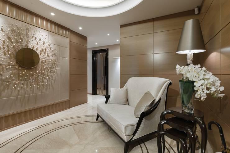Salas / recibidores de estilo  por Студия дизайна интерьера в Москве 'Юдин и Новиков'