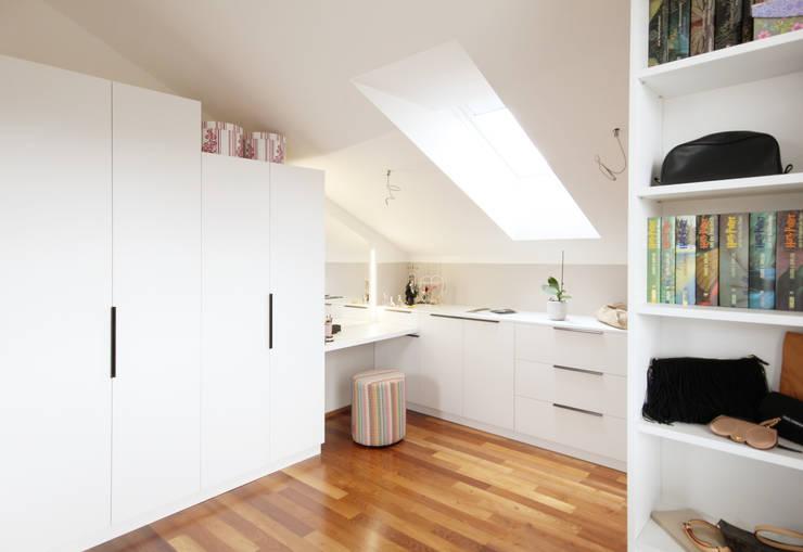 Begehbarer Schrank als Teil eines Schlafzimmers:  Ankleidezimmer von Kathameno Interior Design e.U.