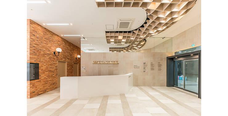 세종웰비뇨기과: 제이에이치와이 건축사사무소의  벽