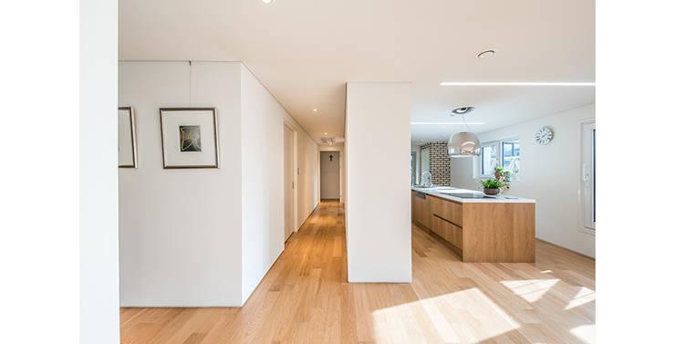 양재동 다세대주택: 제이에이치와이 건축사사무소의  복도 & 현관