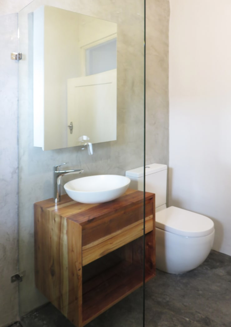 Guest Bathroom:  Bathroom by Trait Decor