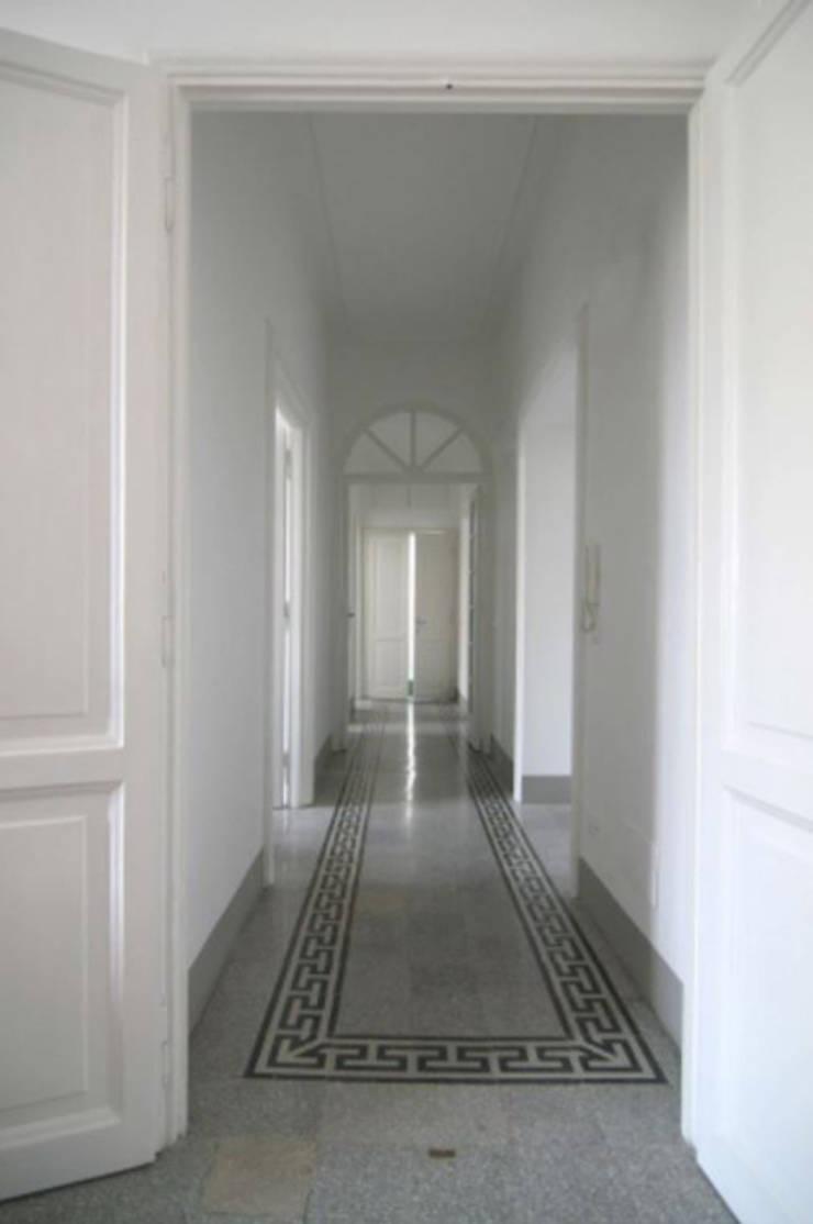 Couloir et hall d'entrée de style  par Laura Pistoia architetto,