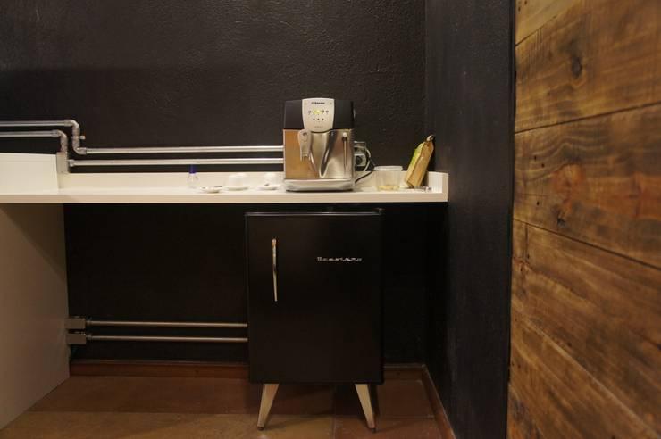 Espaço do café: Escritório e loja  por Estúdio 12b