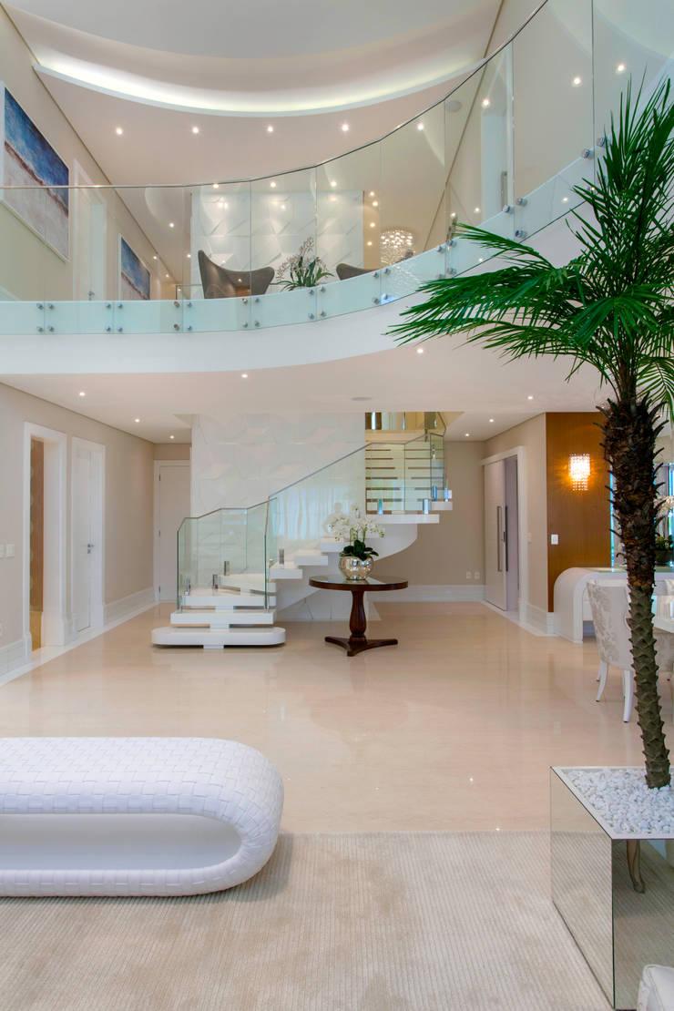 Corridor & hallway by Designer de Interiores e Paisagista Iara Kílaris,