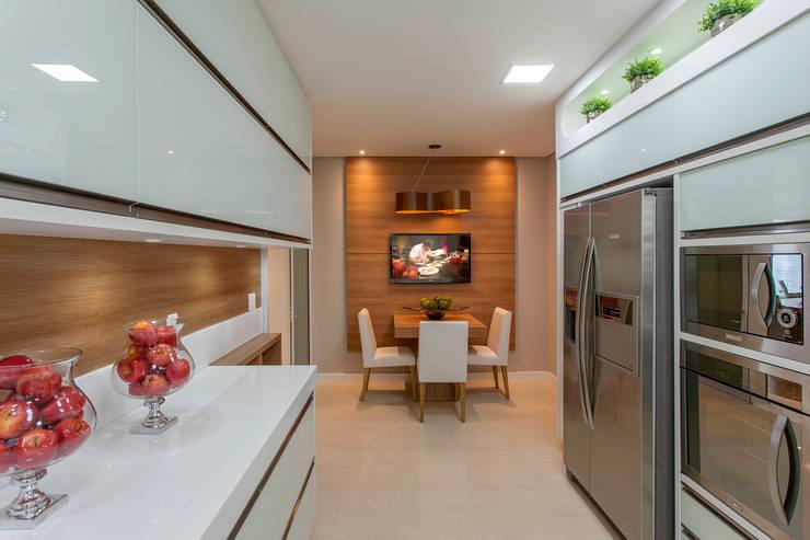Cocinas de estilo moderno por Designer de Interiores e Paisagista Iara Kílaris