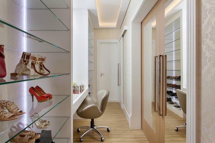 Closets de estilo  por Designer de Interiores e Paisagista Iara Kílaris