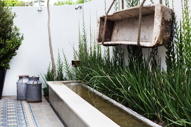 espejo de agua : Jardines de estilo mediterraneo por gpinteriorismo