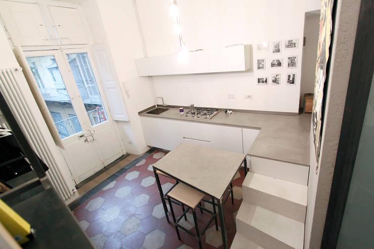 SUPERPOSES ROOMS : Cucina in stile  di diegogiovannenza architetto