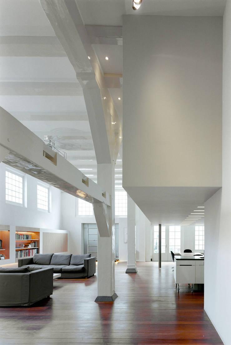Pakhuis Amsterdam, complete verbouwing:  Woonkamer door VASD interieur & architectuur, Modern