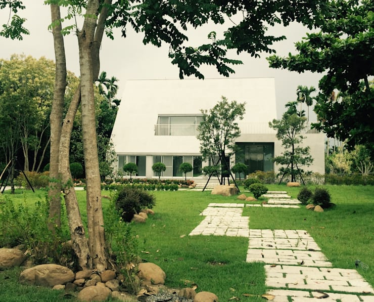 正面入口:  房子 by 哈塔阿沃建築設計事務所 hataarvo architects