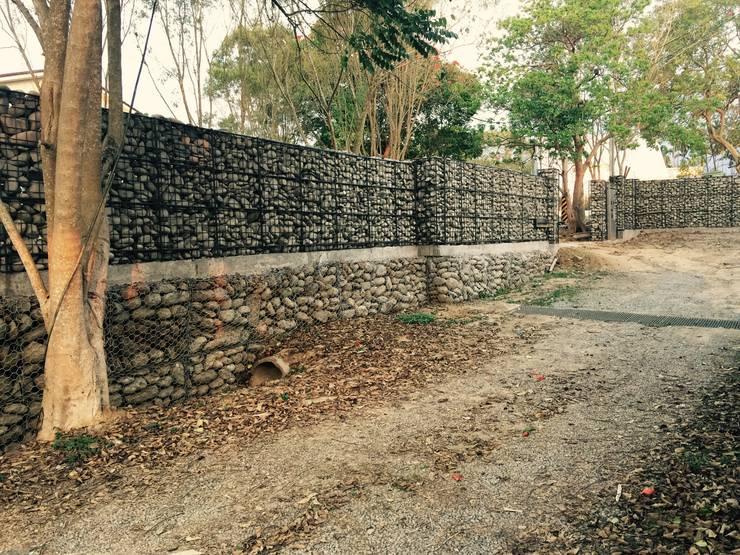 石砌圍牆:  房子 by 哈塔阿沃建築設計事務所 hataarvo architects