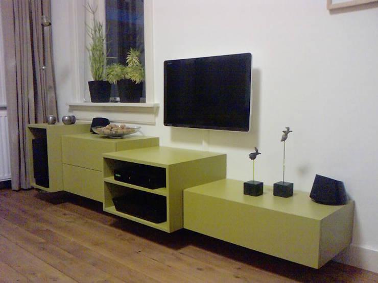 Zwevend TV-meubel: modern  door Lavelli interieurontwerp, Modern MDF