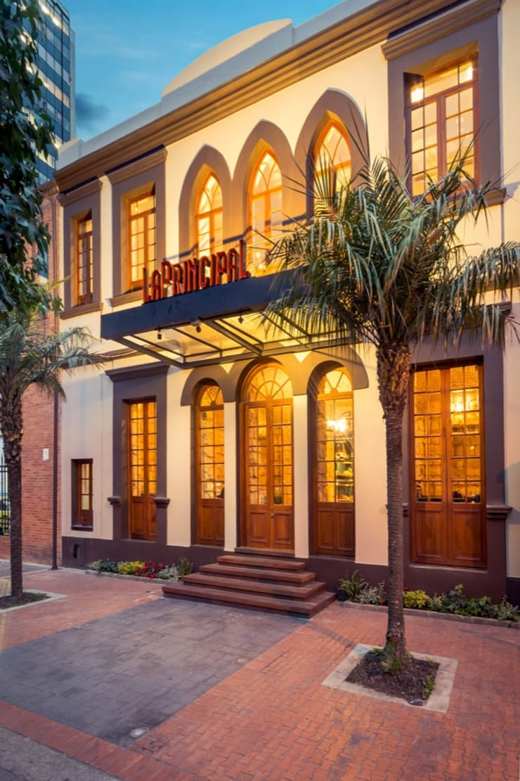 Fachada Principal: Locales gastronómicos de estilo  por KDF Arquitectura