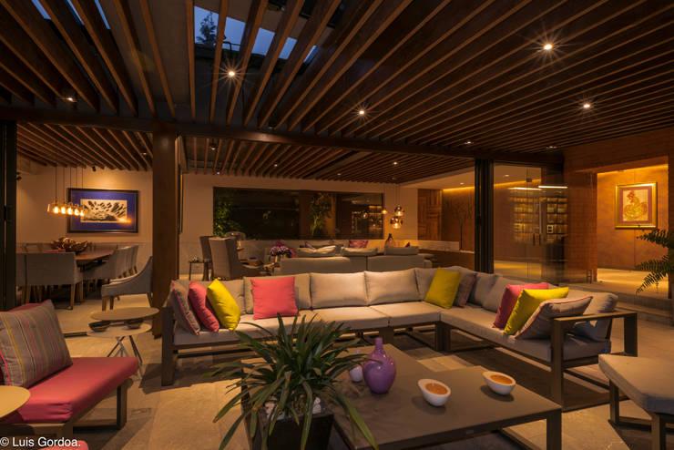 CASA C260: Terrazas de estilo  por HDA: ARQUITECTURA BIOCLIMATICA