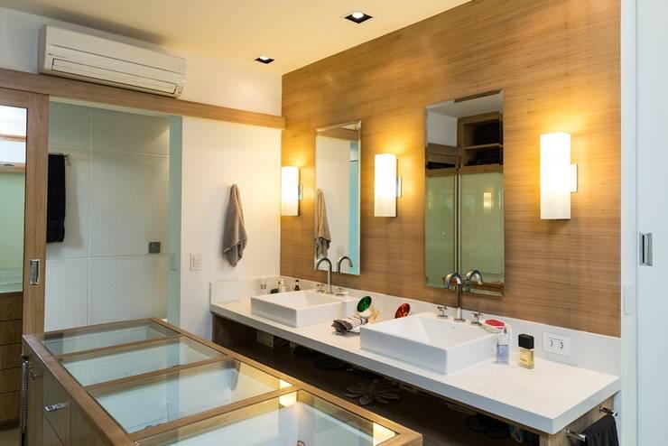 Bathroom by Espaço Tania Chueke
