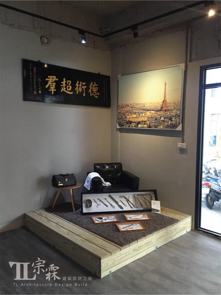 側邊出入口:藝文走廊:  辦公室&店面 by 宗霖建築設計工程