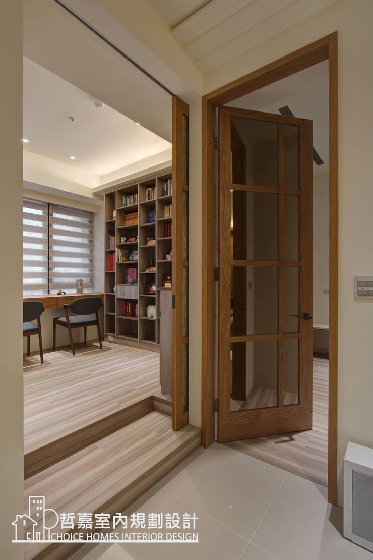 書房門設計:  書房/辦公室 by 哲嘉室內規劃設計有限公司