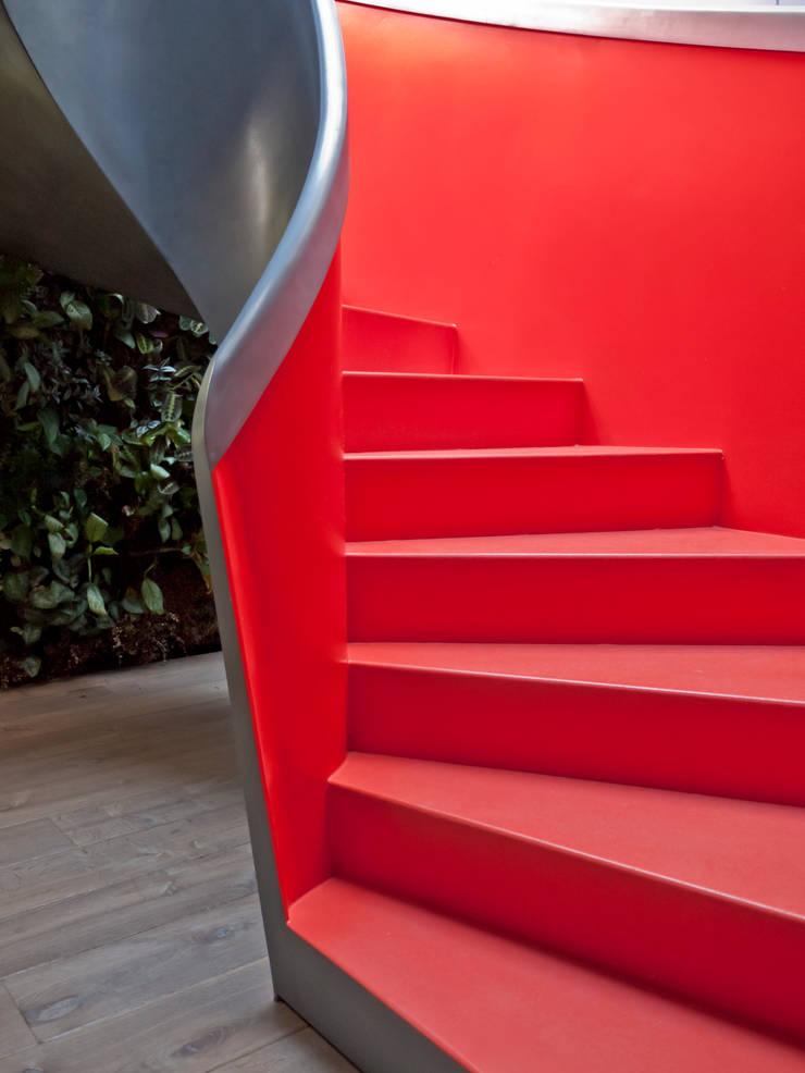 Prachtige uitdagende rode trap:  Gang en hal door EeStairs   Stairs and balustrades
