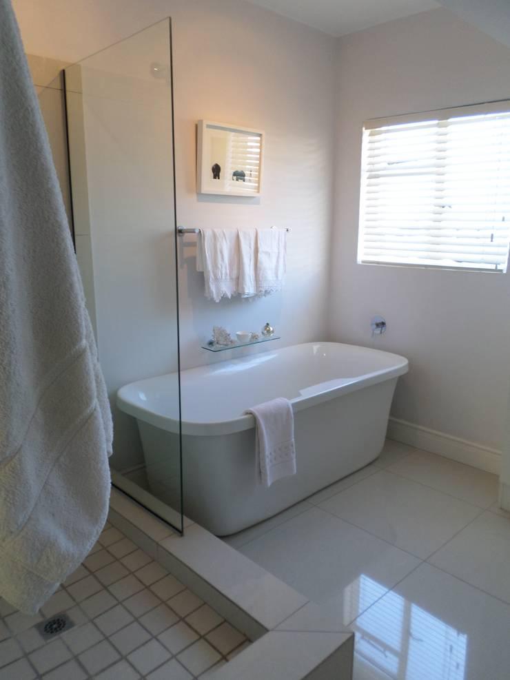 Salle de bains de style  par Claire Cartner Interior Design, Moderne Céramique