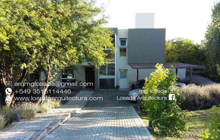 INGRESO Y FACHADA: Casas de estilo  por LOSADA ARQUITECTURA,Moderno Ladrillos