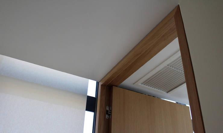 APARTAMENTO SJ: Corredores e halls de entrada  por NUNO DURAO ARQUITECTOS,Moderno Madeira Acabamento em madeira